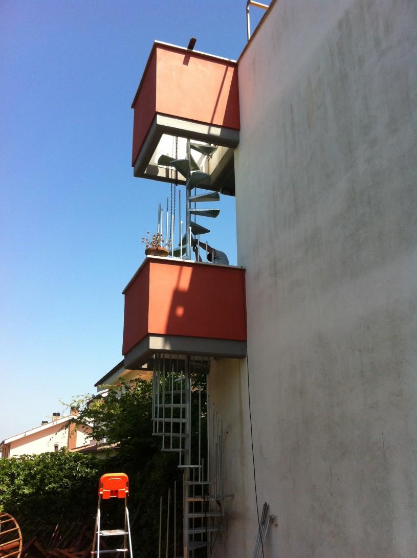 scala a chocciola a due piani con sbarco